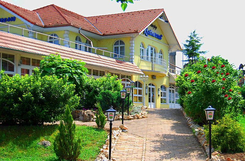 Balatonföldváron szálloda-hotel-panzió komplexum eladó!
