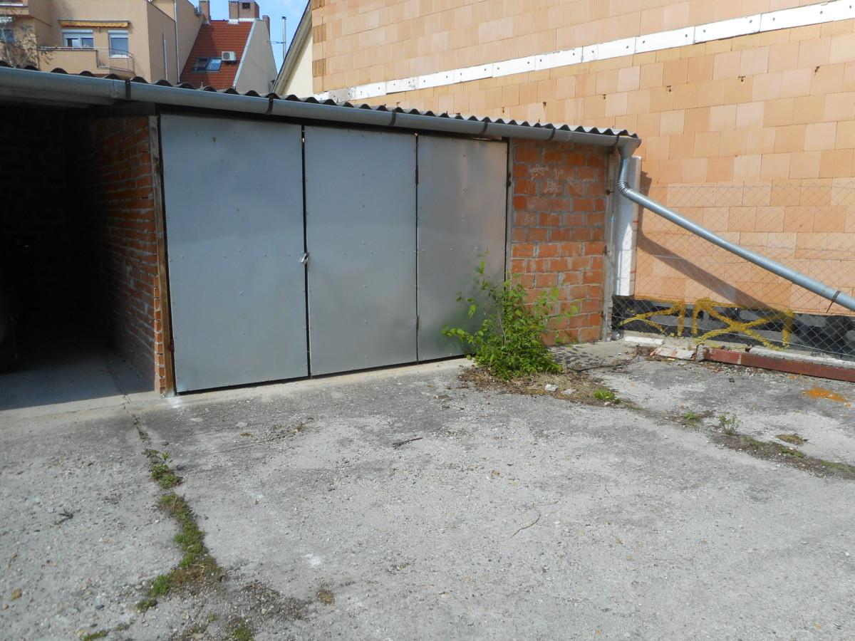 Szegeden a Petőfi S. sgt. elején 18,5 m2-es garázs eladó